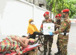 অসহায়-কর্মহীনদের মধ্যে সেনাবাহিনীর এমপি ইউনিটের ত্রাণ বিতরণ